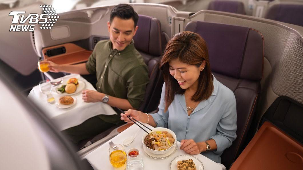 新航推A380餐廳,不出國也能在機上用餐。(圖/中央社) 新航推A380餐廳 不出國也能在飛機上用餐