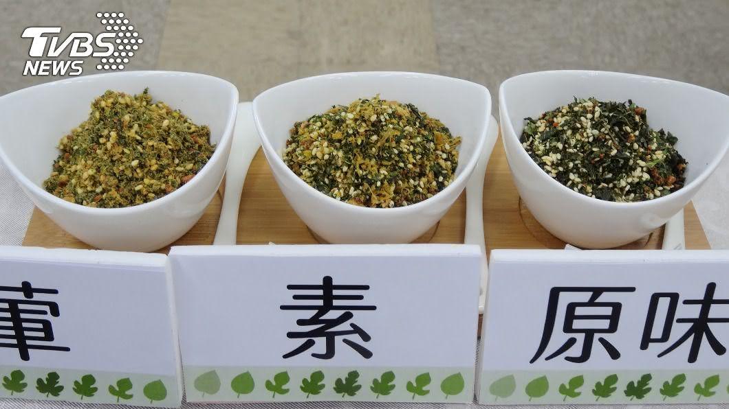 烘乾桑葉代替海苔成「桑香鬆」。(圖/中央社) 桑葉搖身變成桑香鬆 三高等族群安心吃