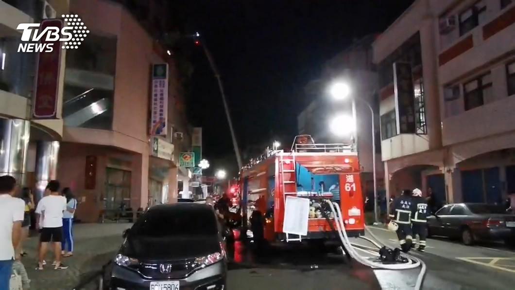 圖/TVBS 鋁窗碎片險砸騎士 大樓氣爆炸屋1男重傷