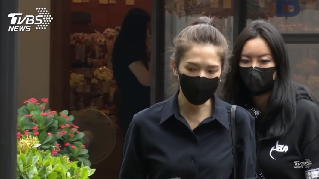 許瑋甯(圖左)和Elin一起送小鬼最後一程。(圖/TVBS) 小鬼400億「神秘貴婦」摯友曝!公公超狂含金背景起底