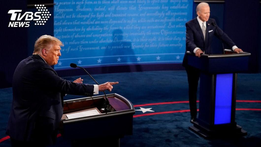美國總統辯論會充斥煙硝味,川普頻插嘴遭拜登嗆閉嘴。(圖/達志影像路透社) 川普大選辯論頻插嘴 拜登怒嗆:可以閉嘴嗎