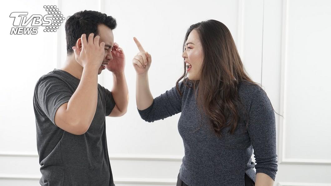 男稱呼父母為「爸爸媽媽」引起女友不滿。(示意圖/shutterstock達志影像) 不滿男友疊字叫爸媽!女嗆媽寶 網傻眼:難道要父王母后