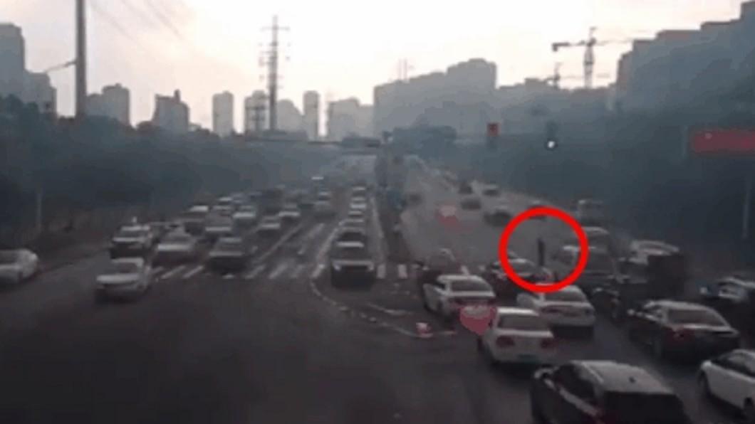 駕駛耐心等老翁過馬路。(圖/翻攝自陸媒《北京日報》) 8旬翁過馬路半途遇紅燈…全駕駛暖為他「暫停137秒」