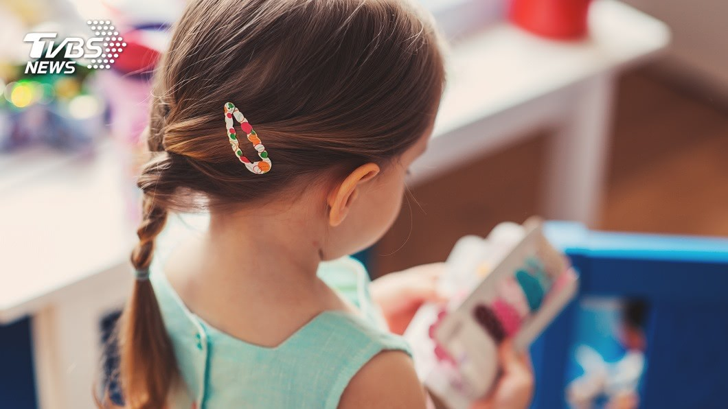小孩子的童言童語,有時候會讓父母聽了頭痛不已。(示意圖/shutterstock 達志影像) 5歲女幫顧店愛喊「1句」…母頭痛要求閉嘴 網嗨想朝聖