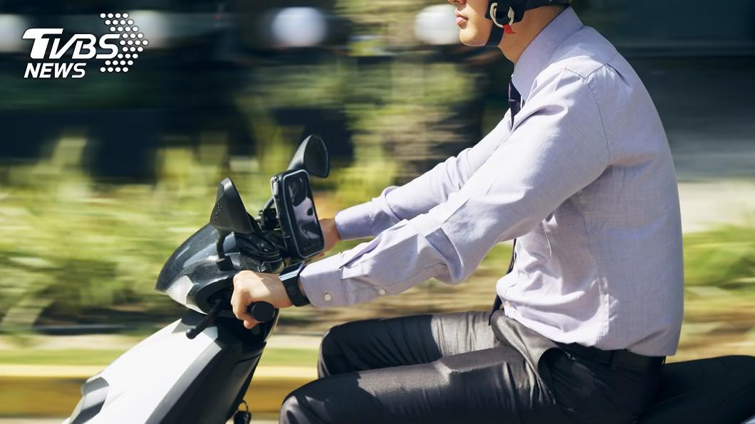 騎士在新竹騎車因為風大時常出現不穩的情形。(示意圖/shutterstock達志影像) 新竹人自帶陀螺儀? 外地騎士「被起飛」求快穩之術