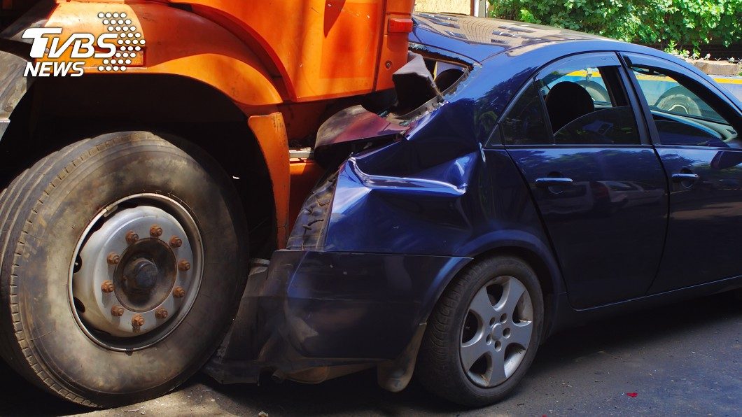 妻兒5人遭大卡車撞擊身亡。(示意圖/shutterstock達志影像) 下班目睹車禍…輾斃5屍竟是妻兒!尪急奔「淚抱血屍」