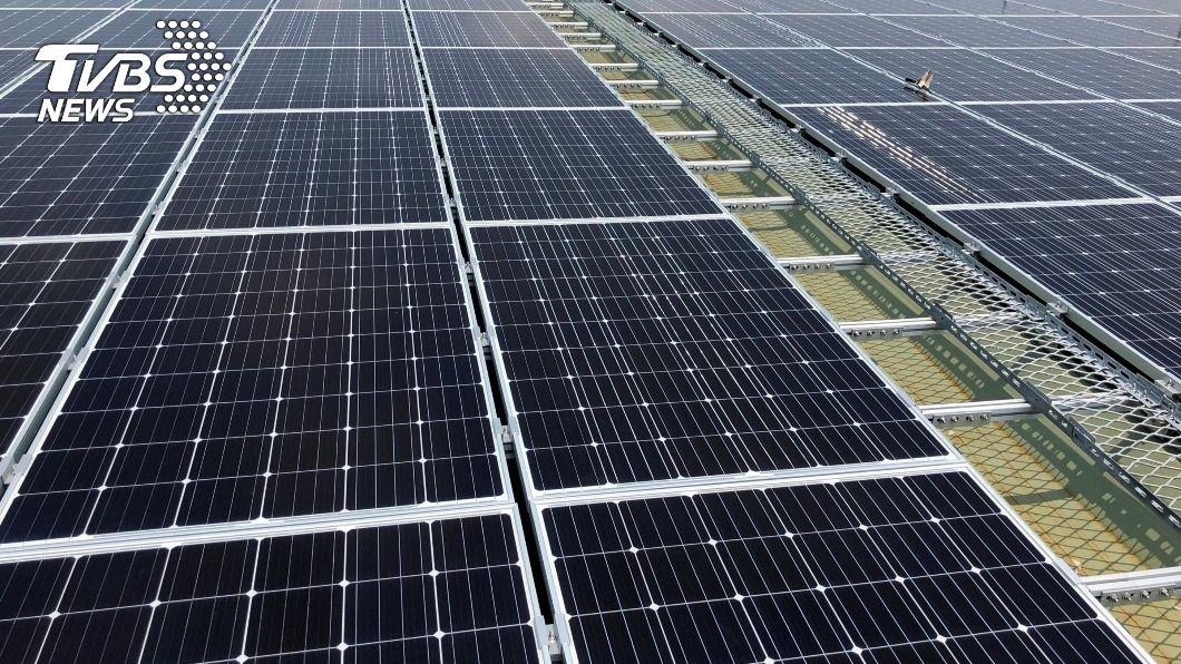 台鐵規劃在高雄機廠屋頂設置太陽能發電。(圖/中央社) 台鐵減碳 高雄機廠屋頂推太陽能發電