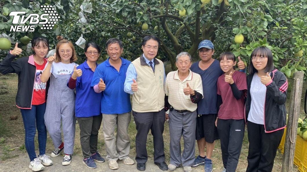 台南市長黃偉哲指示市庫先撥發補助給農民。(圖/中央社) 台南文旦收購補助 黃偉哲指示市庫先撥發