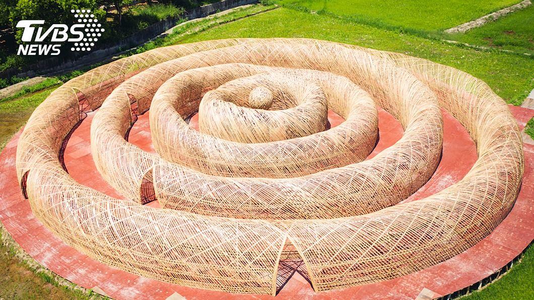 桃園地景藝術節作品「高雙陂塘漣漪迷宮」。(圖/中央社) 巨型竹編漣漪迷宮登上衛報 迴旋裡找自我