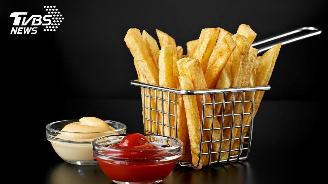 民眾訂外薯條,份量卻不到8分滿。(示意圖/shutterstock 達志影像) 不滿薯條只有8分滿!他上網投訴卻遭諷「你很胖」