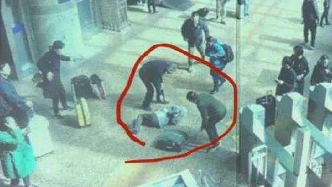 北京一名婦人在車站內不慎被其他乘客的行李箱絆倒。(圖/翻攝自新浪網) 婦趕搭車被行李箱絆倒過世 家屬提告索賠267萬