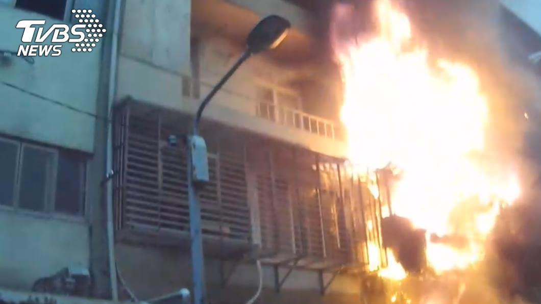新店清晨一處民宅竄火,1名9旬婦受困屋內救出已無生命跡象。(圖/TVBS) 新店公寓清晨惡火 1婦人死亡
