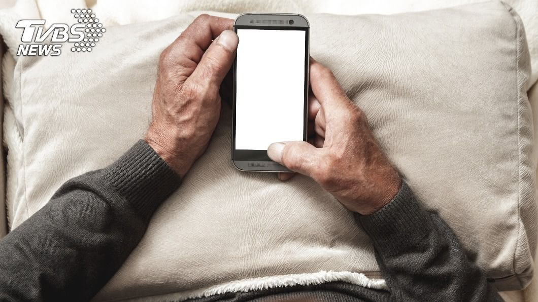 阿公用手機卻遇詐騙集團。(示意圖/shutterstock 達志影像) 詐騙集團也沒轍!阿公神回「長輩圖」…眾人全笑瘋