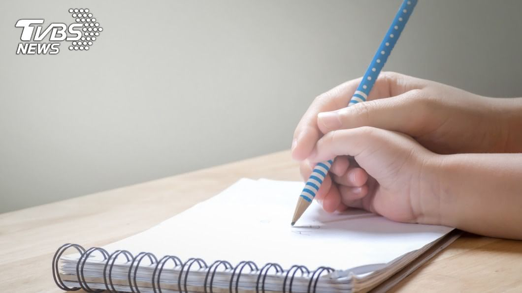 輔導孩子寫作業被氣到暈倒。(示意圖/shutterstock 達志影像) 教兒寫作業…講半天仍聽不懂!父當場氣到心肌梗塞