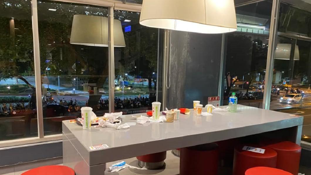 高中生在速食餐廳的舉動令目擊男子相當不滿。(圖/翻攝自臉書社團「爆廢公社」) 廁所衛生紙用完扔地!他怒「飄屎味」:高中生素質?