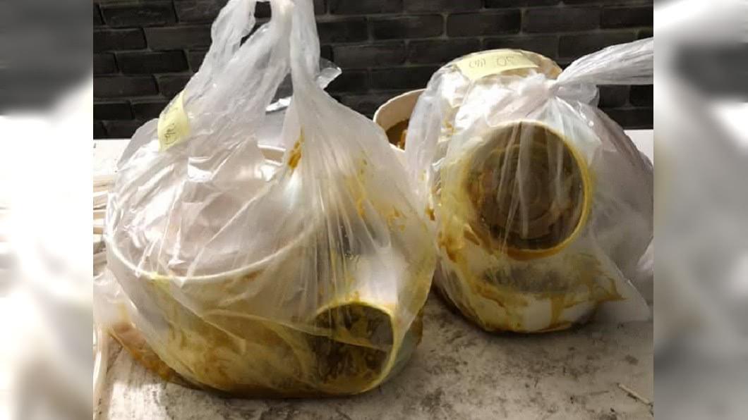 餐點被外送員摔在地上。(圖/翻攝自臉書社團「爆廢公社」) 外送員找零糾紛「怒摔餐點」!咖哩醬汁炸開…網:太好賺