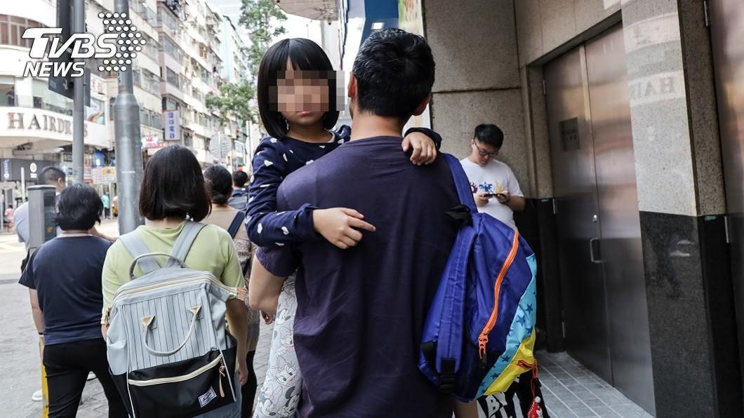 母親因女兒與丈夫感情好而心生不平衡。(示意圖/shutterstock達志影像) 愛黏父親…母吃醋離婚諷「怎不快死」 女兒淚:我好多餘