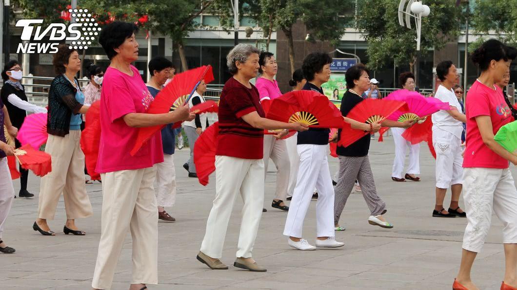 許多婦女喜歡聚集跳廣場舞。(示意圖/shutterstock 達志影像) 硬起來!廣場舞噪音擾民 住戶狂放《大悲咒》回擊