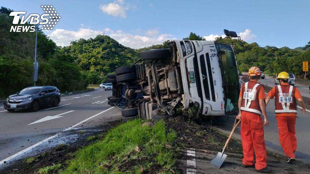 國道1號一輛貨櫃車自行翻覆。(圖/TVBS) 國1北上大貨櫃車翻覆 汐止交流道封路拖吊