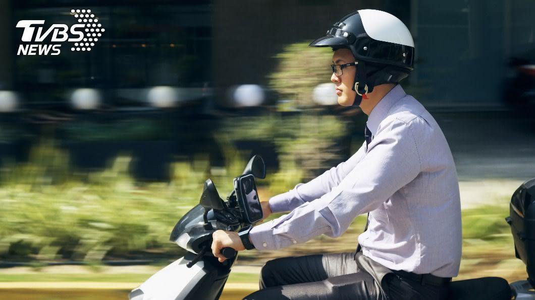 基隆一名機車騎士對汽車駕駛比中指挨罰6千元。(示意圖/Shutterstock達志影像) 不爽被按喇叭!騎士「比中指」噴6千 法官:等同3字經
