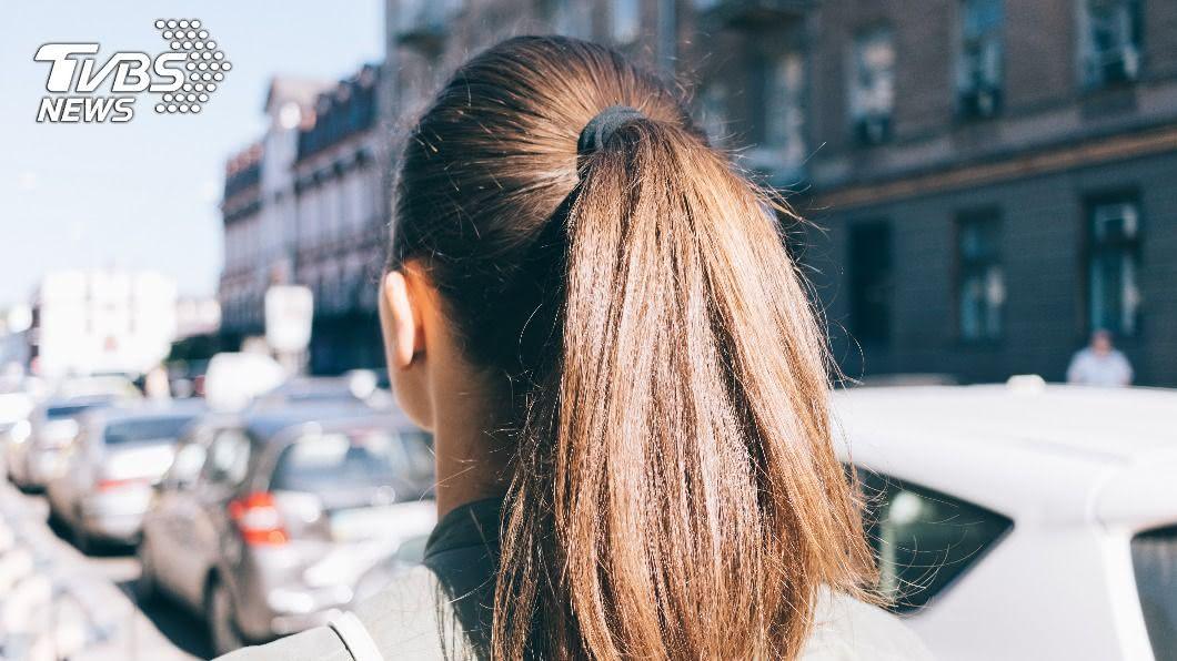 小心馬尾越綁越小撮是髮量變少的證據。(示意圖/shutterstock達志影像) 髮絲掉不停!女性也有禿頭危機 醫親授5招助保養