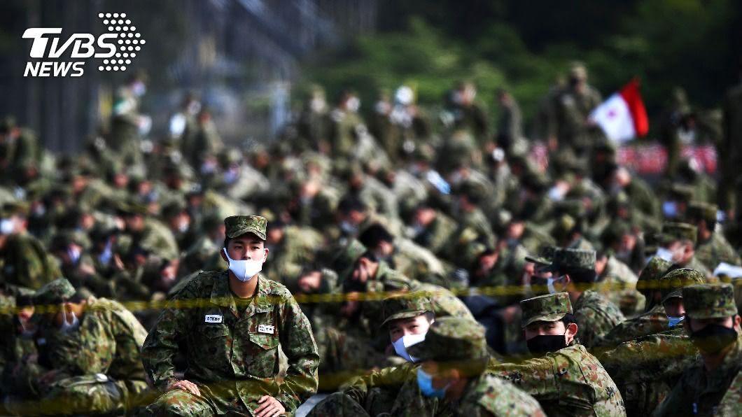 日本自衛隊傳出有22位女隊員參加訓練後確診。(圖/達志影像路透社) 日自衛隊爆群聚感染 教育訓練22女隊員確診
