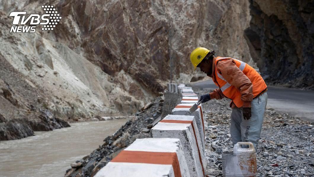 圖/達志影像路透社 增兵邊境省5小時 印度「高山隧道」通車