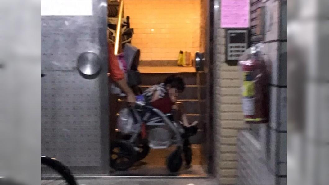 女孩緊縮輪椅害怕到不敢說話。(圖/翻攝自台北市民生社區日常大小事臉書) 外傭捶頭凌虐!身障女孩「緊縮輪椅」怕到不敢反抗