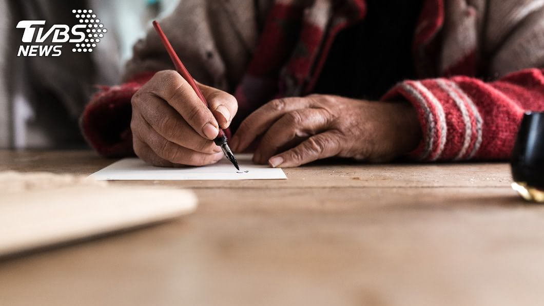 爺爺的日記讓孫女相當感動。(示意圖/shutterstock達志影像) 偷看爺爺日記!翻開驚見「9字生活點滴」她秒泛淚
