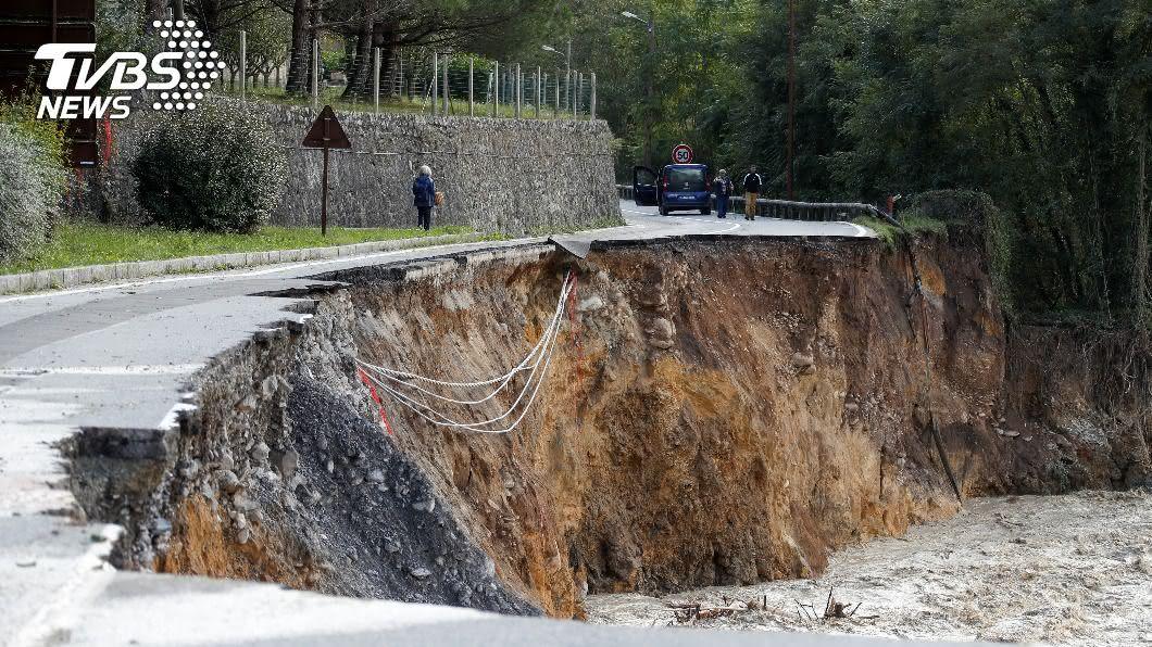 圖/達志影像路透社 暴風雨襲法、義 豪雨釀災道路大面積崩塌