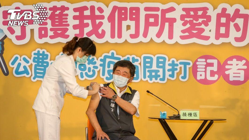 公費流感疫苗今開打,陳時中挽袖示範。(圖/中央社) 防流感、新冠肺炎同時流行 陳時中籲打流感疫苗