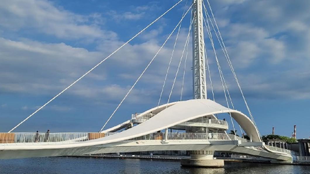 今年7月啟用的大港橋,不管白晝或黑夜都風情萬種,都吸引遊客駐足流連。(圖/漢來飯店提供) 拍照+美食玩爆高雄 網美小旅行打卡熱點一次收
