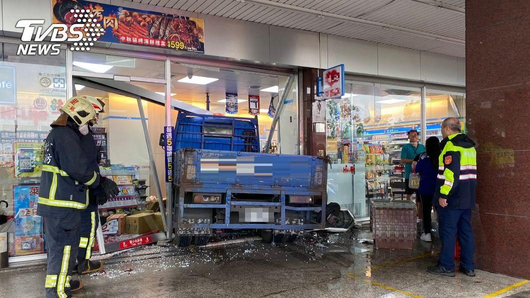 (圖/中央社) 停等紅燈突被大貨車撞進超商 小貨車司機送醫