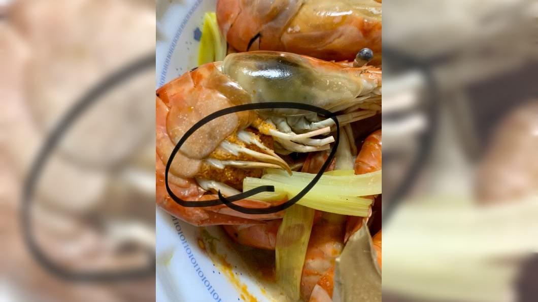 民眾將蝦子腹部圈起。(圖/翻攝自爆廢公社公開版) 吃蝦突見「整團顆粒物」 過來人勸:吃了送醫吊點滴!