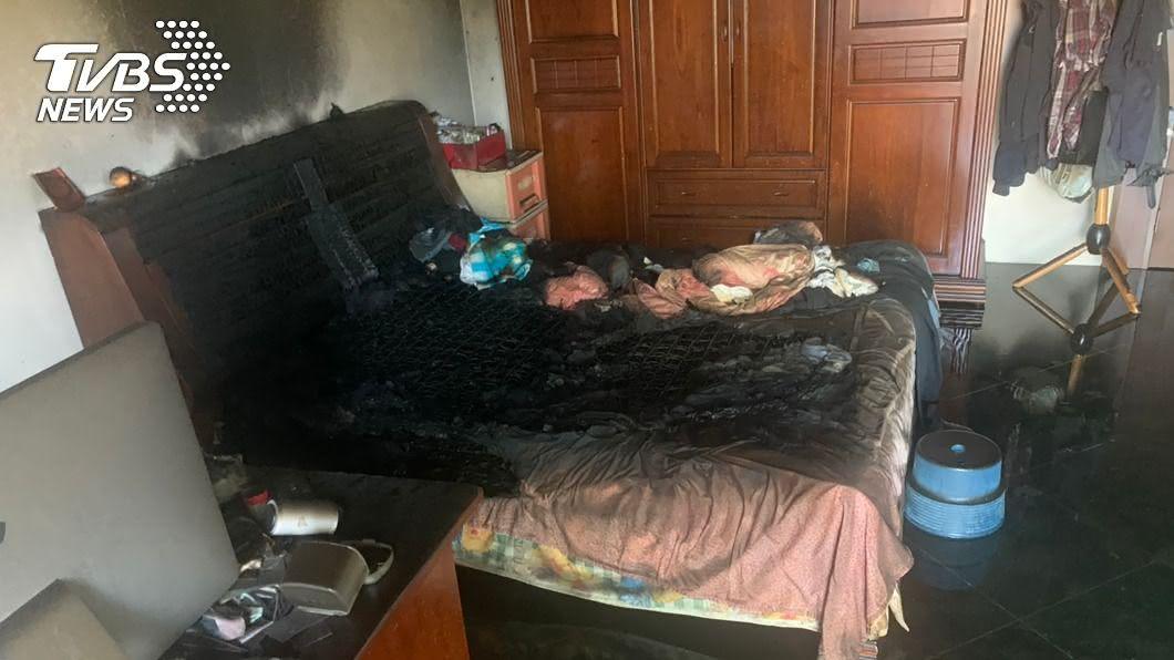 (圖/中央社) 台中透天住宅火警冒濃煙 受困男子獲救命危送醫