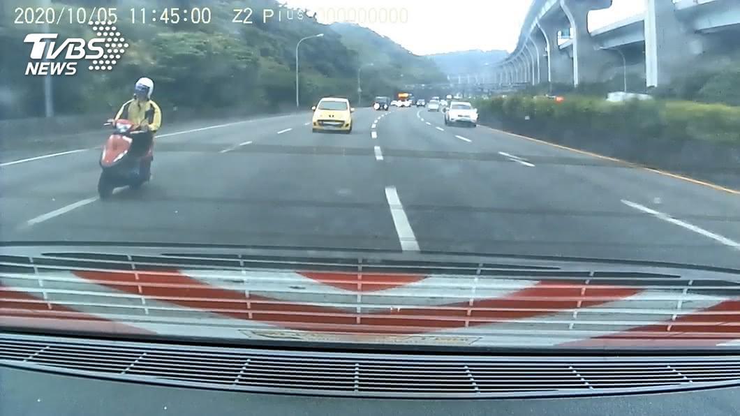(圖/TVBS) 騎機車「國道蛇行」釀10車連環撞 檢方訊後1萬元交保