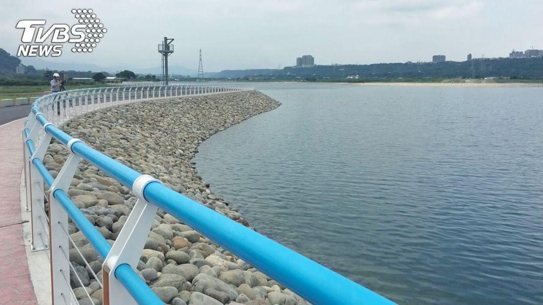 鄭文燦要求水公司改善水質,避免民眾抱怨水有土味。(圖/中央社) 桃園自來水有土味 鄭文燦要求改善