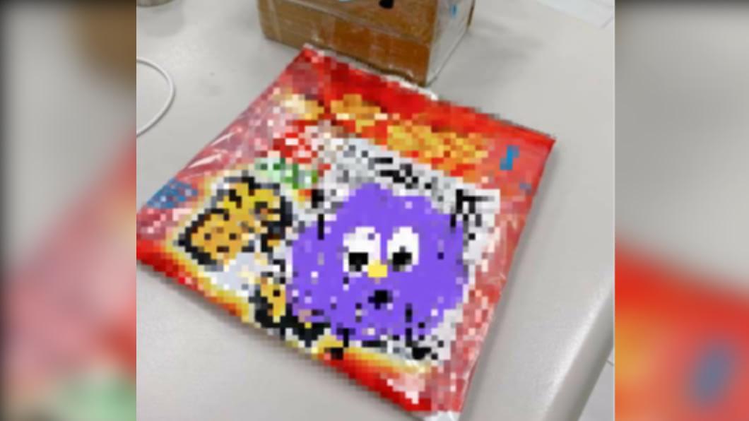 民眾收到網購包裹竟以吃完的零食袋包裝。(圖/翻攝自「爆怨公社」臉書) 網購商品拿「吃完零食袋」包裝 賣家強調:有洗過!