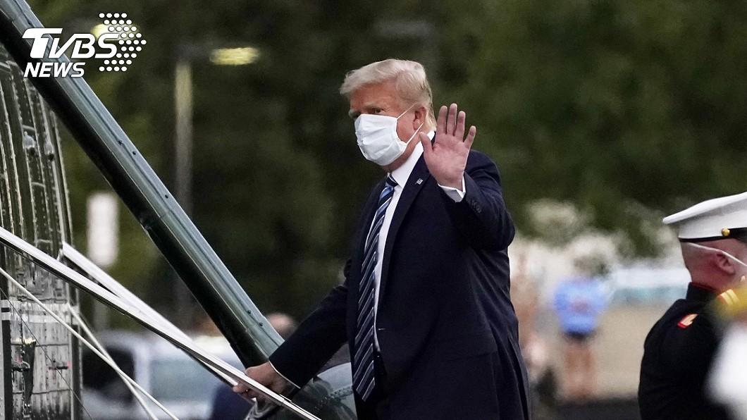 川普在美國時間傍晚約6時40分左右出院。(圖/達志影像美聯社) 川普出院返白宮!健康狀況將成大選新焦點