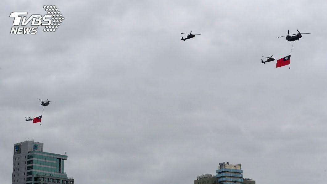 國軍今天上午在總統府前執行空中兵力全兵力預演校閱。(圖/中央社) 國慶空中兵力預演 直升機吊掛巨幅國旗進場