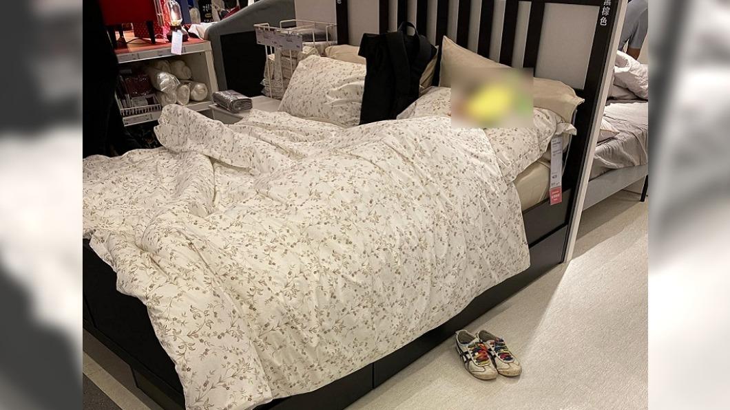 賣場內有民眾在展示床上睡到忘我。(圖/翻攝自爆廢公社公開版) 眼鏡男「安詳沉睡」賣場展示床 網虧:還記得蓋被脫鞋