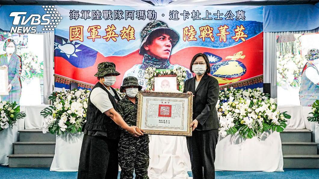 (圖/中央社) 漢光殉職海軍上士阿瑪勒公奠 蔡英文親頒褒揚令