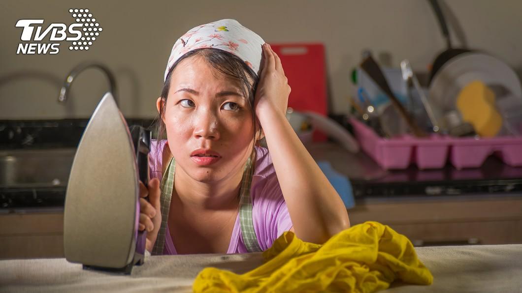 職業婦女下班後還要做家務顧小孩。(示意圖/shutterstock達志影像) 工作顧兒兩頭燒!她想外出放風 慘遭尪酸「偷客兄」氣炸