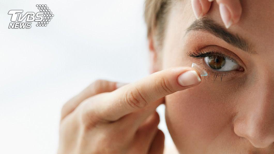 英國一名女子隱形眼鏡藏眼皮內長達28年。(示意圖/shutterstock 達志影像) 隱形眼鏡「藏眼皮」28年 驚人真相讓網直呼太恐怖