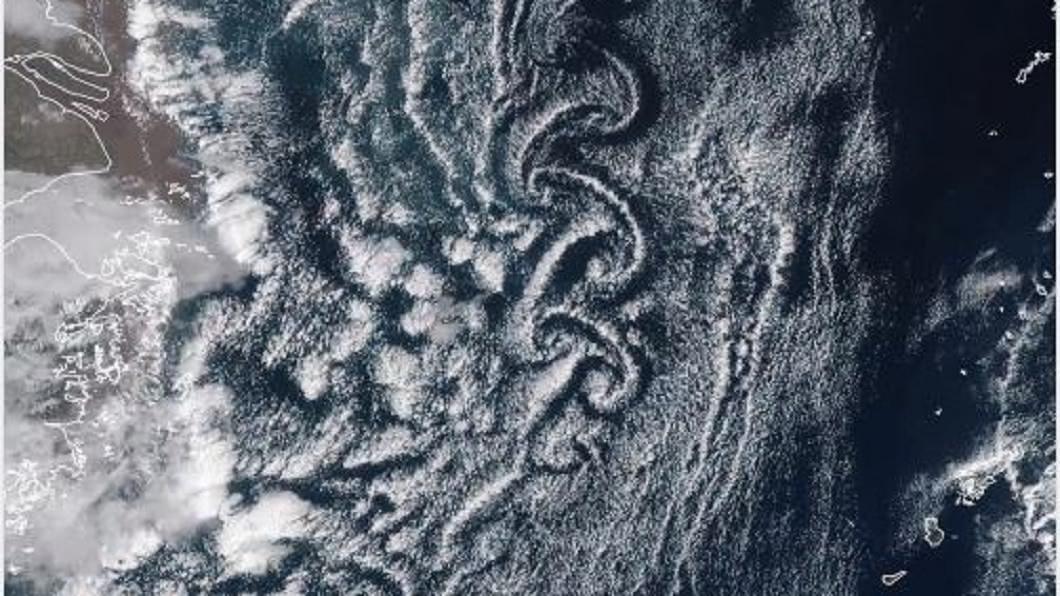 韓國濟州島南方出現「卡門渦旋」。(圖/翻攝自氣象局臉書) 鄭明典秀絕美「卡門渦旋」氣象局曝成因:對建築物有危害
