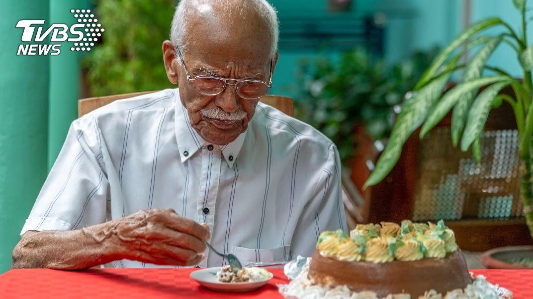 一名76歲的老爺爺習慣吃蛋糕當睡前宵夜。(示意圖/shutterstock達志影像) 當心釀致命心臟病! 醫警告睡前2類食物千萬別碰