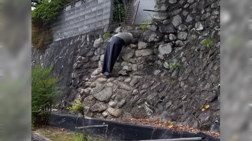 走近一看端詳半屍,男子鬆了一口氣。(圖/翻攝自@nikai45推特) 石牆裂縫驚見「斷掌男屍」!下半身半空狂飄 他走近傻了