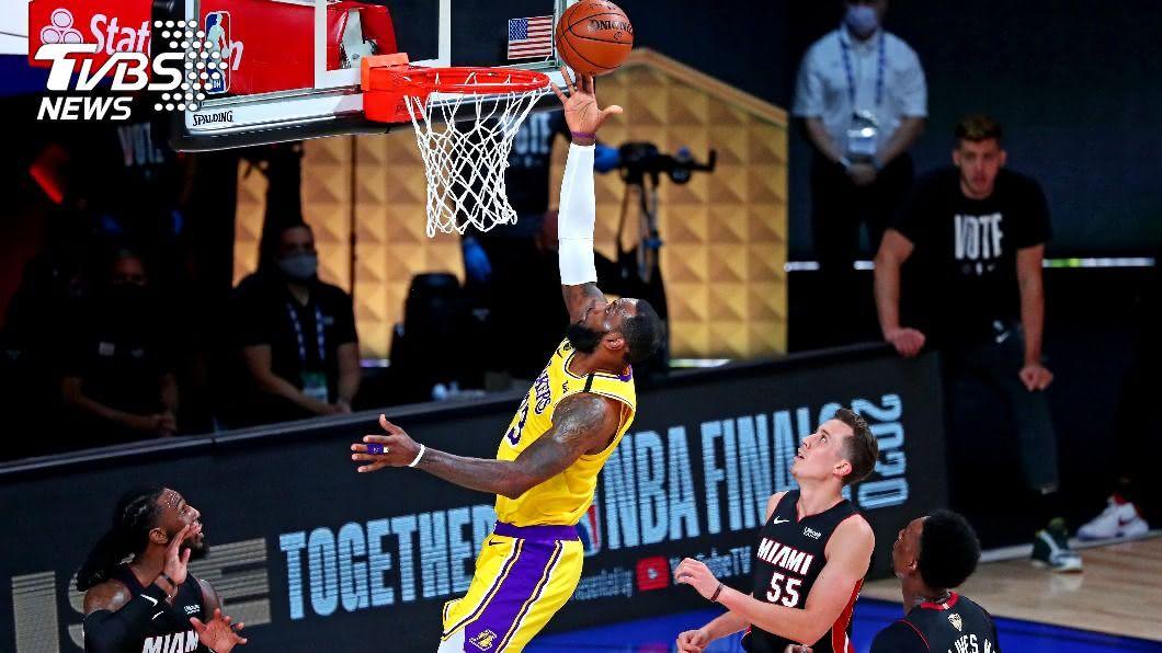 湖人詹姆斯繳出28分12籃板的「雙十」成績。(圖/達志影像路透社) 詹姆斯28分12籃板滅熱火 NBA湖人總冠軍賽聽牌