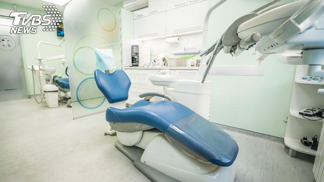 一名男子赴土耳其做美白牙齒治療,疑似因服用事前藥物身亡。(示意圖/shutterstock 達志影像) 男出國「美白牙齒」 服完藥倒地隔天竟離奇暴斃