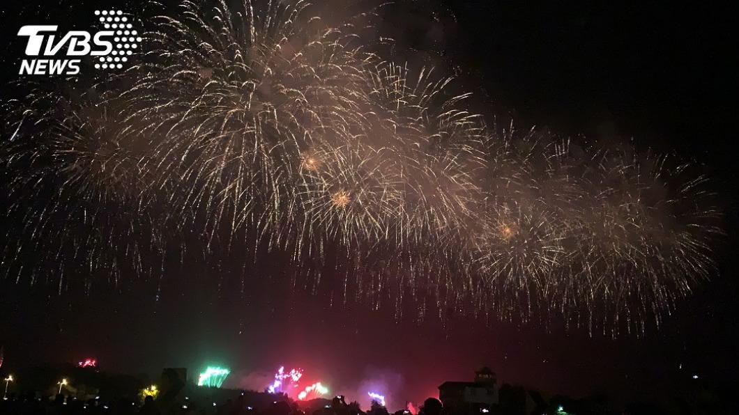 2020國慶煙火在台南安平的漁光島舉行。(圖/TVBS) 出遊必看!國慶煙火在台南 揭密15大最好拍地點